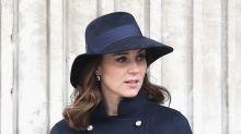 Kate Middleton presume de sus cinco meses de embarazo en elegante gabardina