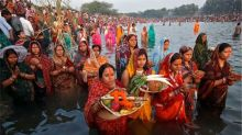 Chhath Puja 2018: Scores of Devotees Throng at Mumbai's Juhu Beach, Traffic Snarls Expected