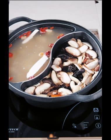兩款湯底各具特色,均用上熬足一日嘅上湯,夠晒火候。 花膠燉響螺湯($278一鍋) 黃耳黑虎掌菌湯($108一鍋)