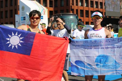 東馬3.6萬人起跑 台灣跑者熱情秀國旗 (圖).