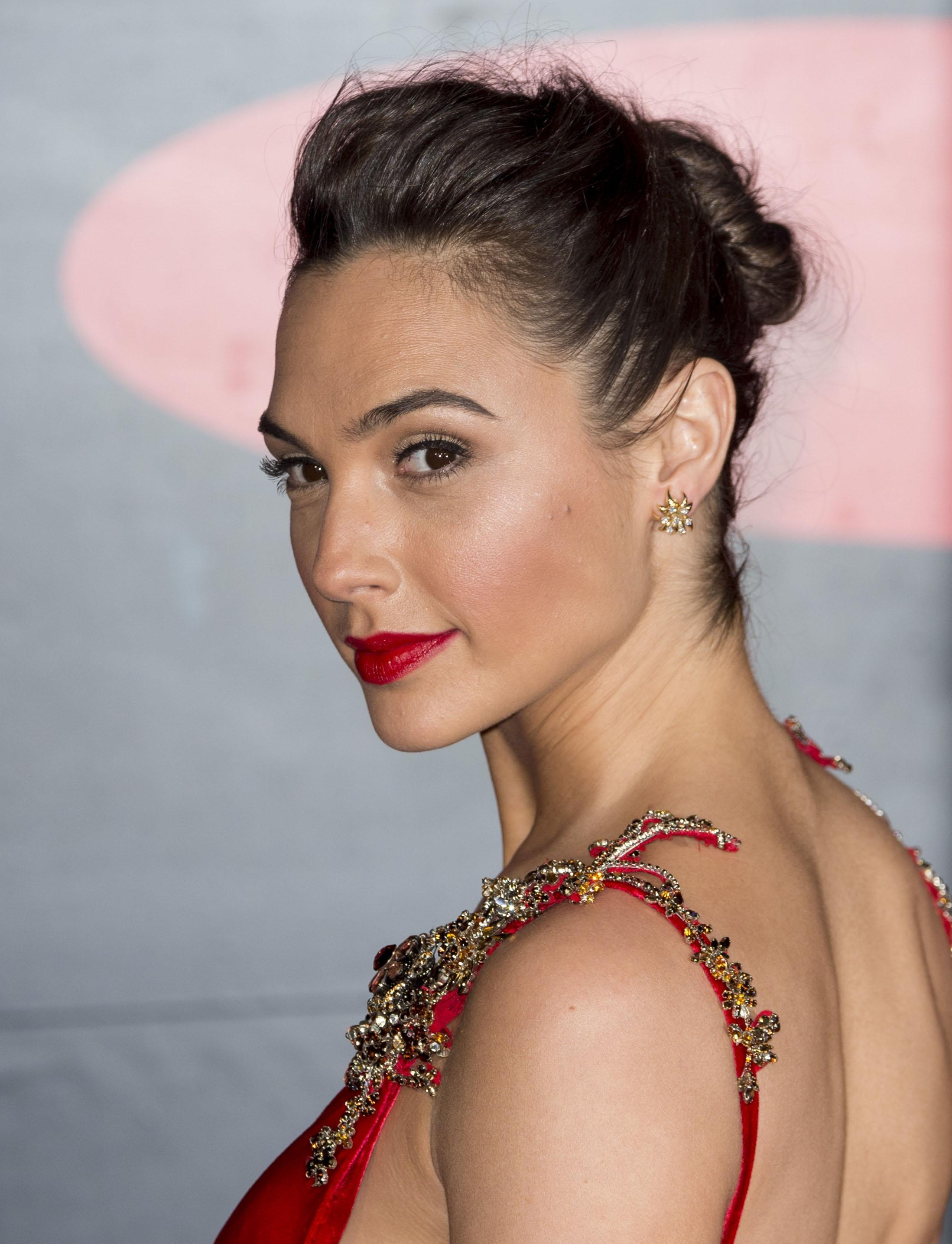 Modern Dress Tumblr - How gal gadot s stylist is dressing wonder woman for the red carpet