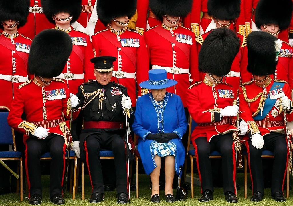 Queen Elizabeth (C), Prince Philip (2L), and Prince Charles (R), prepare to pose for a regimental photograph at Windsor Castle, April 30, 2015 (AFP Photo/Cathal McNaughton)