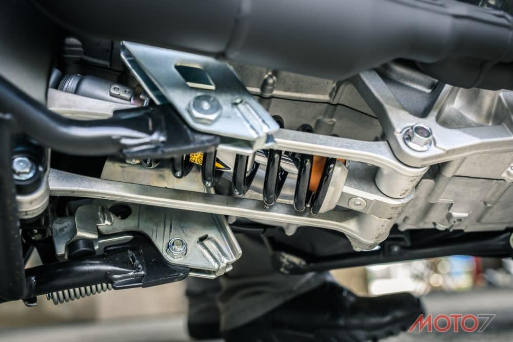 TMAX多連桿後懸吊對於震動的處理比AK550細膩許多。