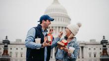 Kein Baby und kein Haustier - also posiert dieses Paar mit Fast Food für seine Weihnachtskarte