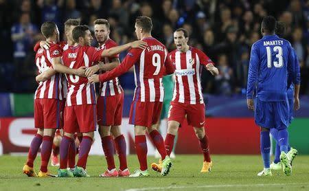 Jogadores do Atlético de Madri comemoram após partida com o Leicester