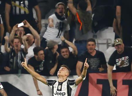 El delantero de Juventus Paulo Dybala festeja tras convertir su segundo gol frente al Barcelona en su duelo como local por los cuartos de final de la Liga de Campeones del fútbol europeo en Turín