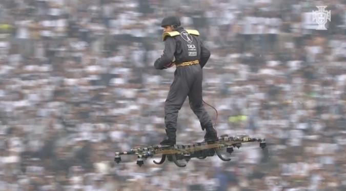 Typ surft auf Drohne durchs Stadion