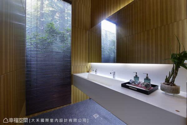 以木質呼應被綠意包圍的如廁空間,簡約俐落的機能十分清爽。
