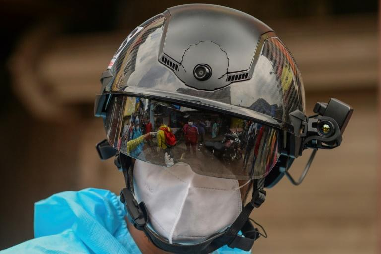 Potret petugas kesehatan menggunakan helm pintar untuk mendeteksi virus corona di Mumbai, India