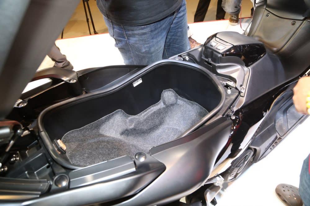 車廂空間可容納兩頂3/4安全帽。