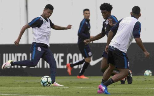 Transição, bola parada... Corinthians abre semana treinando fundamentos