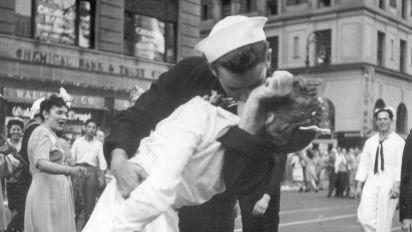 Falleció el marino que besa apasionado a una chica en icónica foto al final de la Segunda Guerra Mundial