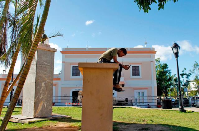 FCC proposes $954 million to restore Puerto Rico's telecom networks