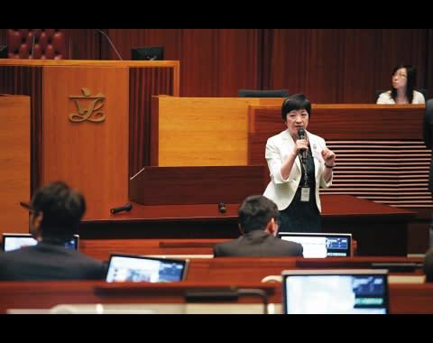 吳文華總穿著低調的黑白灰套裝,默默地在主席旁工作,「要融入背景,不可以太搶。」她說。