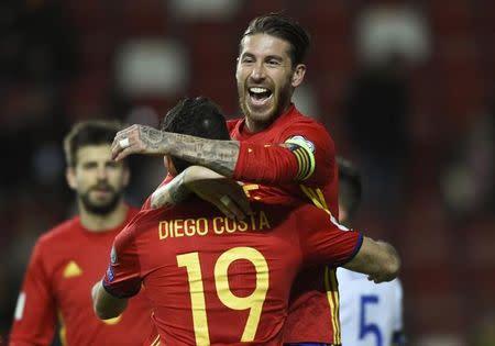 Sergio Ramos comemora com Diego Costa gol da Espanha