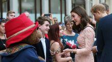 Überraschender Auftritt: Schwangere Herzogin Kate tanzt mit Paddington Bär