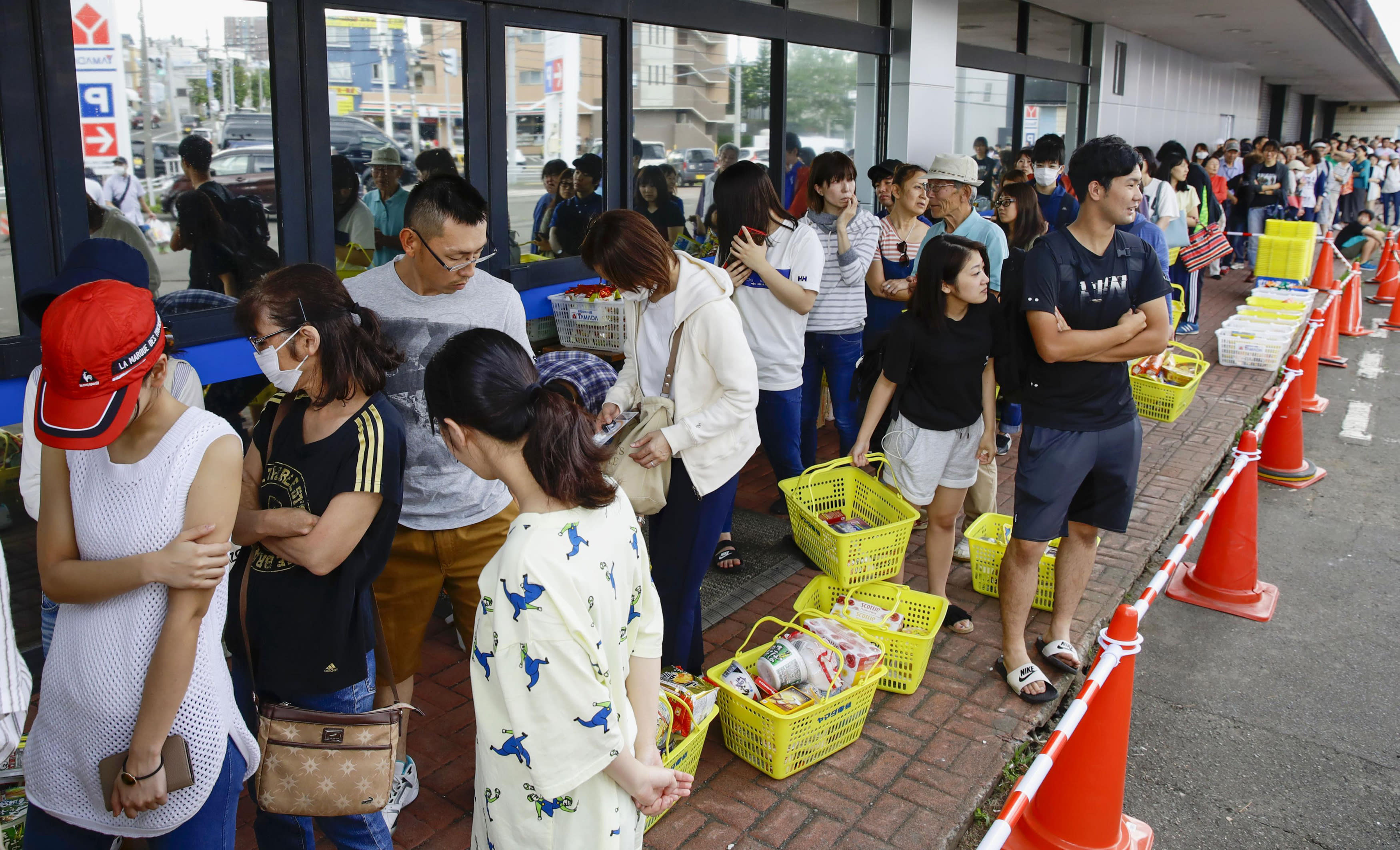 <p>People wait in a long line to buy foods at a store in Sapporo, Hokkaido, northern Japan Thursday, Sept. 6, 2018. (Photo: Hiroki Yamauchi/Kyodo News via AP) </p>