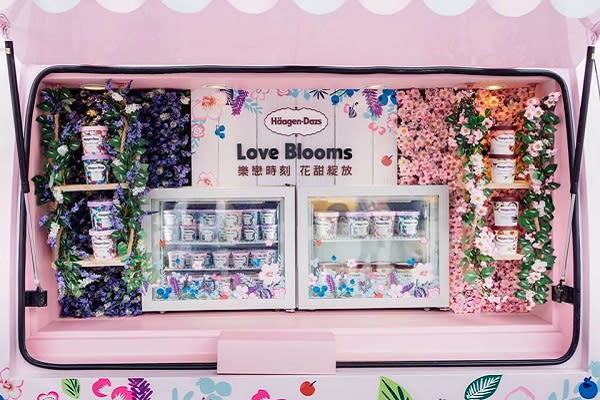 哈根達斯花甜小巴士利用花牆打造,與所推出的新品口味互相呼應,粉嫩的巴士搭配朵朵花卉讓人感受十分浪漫。