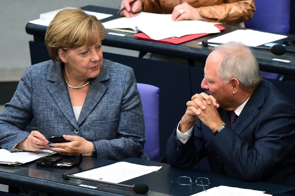 German Chancellor Angela Merkel (L) talks with German Finance Minister Wolfgang Schaeuble during a debate ahead of a vote on a third bailout for debt-mired Greece at German lower house of parliament in Berlin on August 19, 2015 (AFP Photo/John MacDougall)