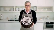 Bill Gates assa bolo de Oreo para Warren Buffett em seu aniversário