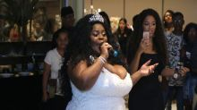 Jojo Todynho se veste de noiva e chama atenção na festa da avó