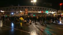 Paris: une manifestation anti-Macron devant un théâtre dans lequel se trouvait le chef de l'État