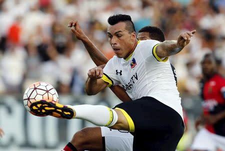 IMAGEN DE ARCHIVO: El jugador de Colo-Colo, Esteban Paredes, lucha un balón contra un jugador de Melgar de Perú, en el Estadio Monumental, Santiago, Chile.