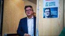 """""""J'espère que le procès sera équitable"""" : des militants insoumis devant le tribunal de Bobigny pour soutenir Jean-Luc Mélenchon"""