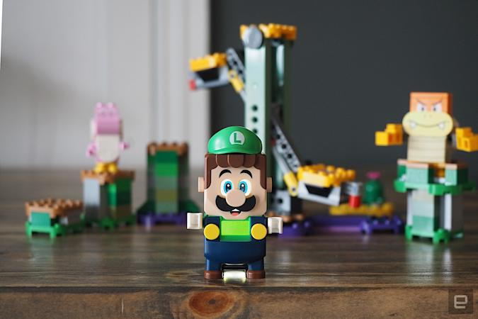 Image of the Lego Luigi in front of components from the Lego Luigi Starter Set.