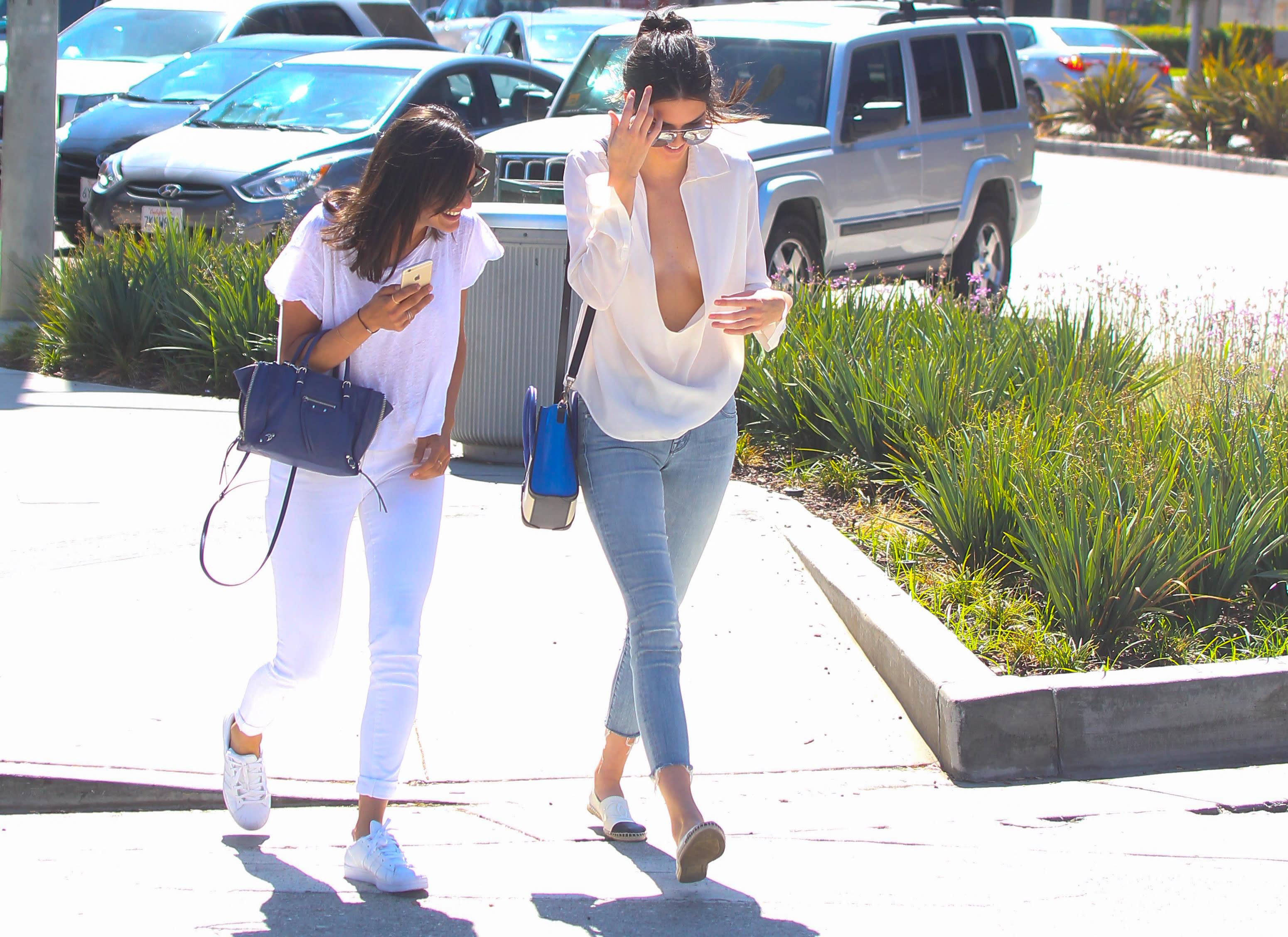 Wählen Sie für authentisch neue bilder von große Sammlung Kendall Jenner: Unter diese Bluse gehört ein BH