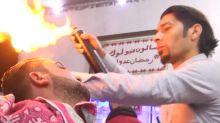 Barbeiro usa lança-chamas para finalizar cortes de cabelo de seus clientes