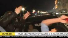 Il cronista spintonato in diretta tv da alcuni manifestanti