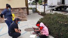 La foto que avergüenza al país más rico del mundo: dos niñas usando el Wi-Fi de un Taco Bell en la calle para hacer sus tareas