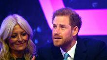 Príncipe Harry chora em evento ao falar sobre paternidade