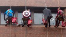 Limpadores de janelas se tornam super-heróis para alegrar crianças em hospital