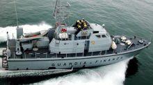 Peschereccio non rispetta alt e sperona motovedetta: GdF apre il fuoco