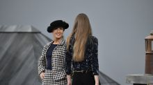 Paris Fashion Week: Gigi Hadid salva el desfile de Chanel tras sacar a una intrusa de la pasarela
