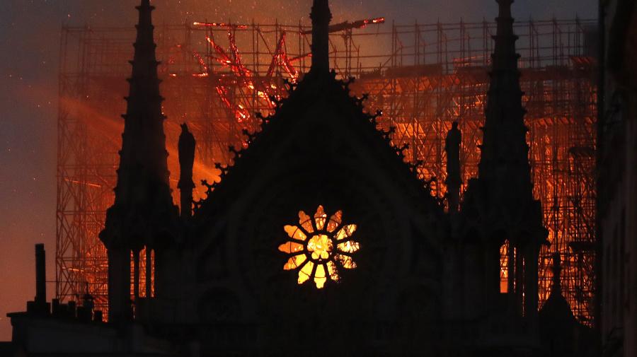 Aseguran que Dios apareció entre las llamas de la catedral de Notre Dame, y hay una explicación para ello