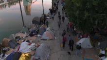"""Banlieu di Parigi: smantellato il """"deposito umano"""" di Aubervilliers, trasferiti 1500 migranti"""