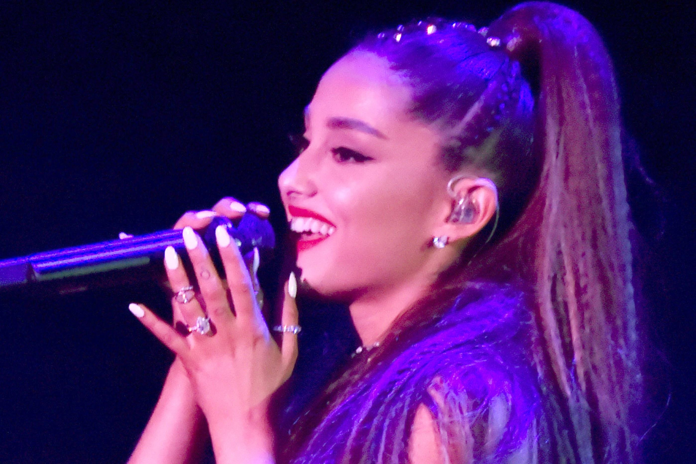 Pete Davidson Is Showing Off Ariana Grande\'s Rumored Engagement Ring ...