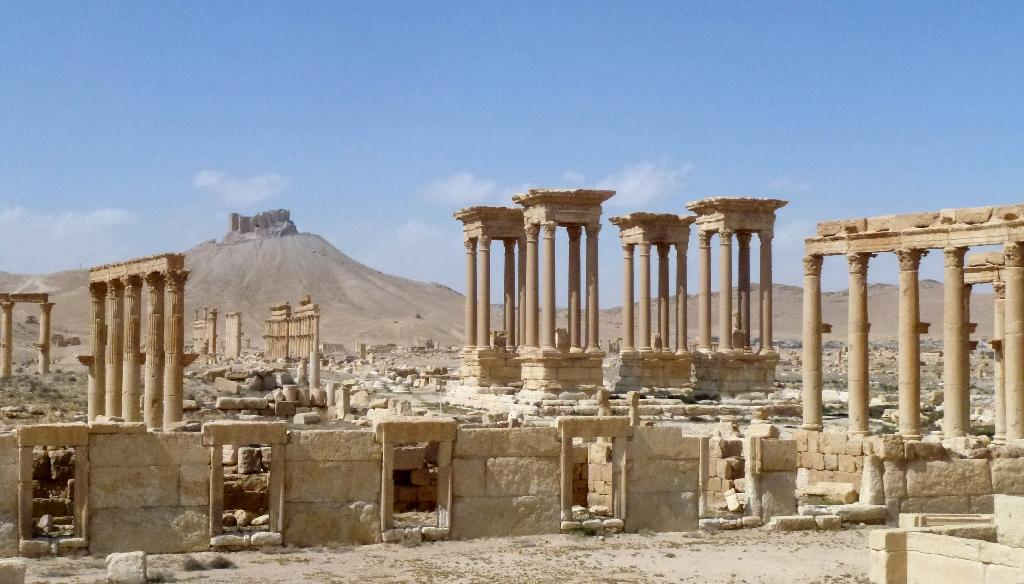 """Russia's defence ministry said its war planes had carried out more than 60 overnight strikes on Palmyra, claiming to have """"thwarted all terrorist attacks"""" on the city (AFP Photo/Maher AL MOUNES)"""