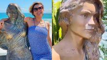 Flávia Alessandra tem estátua em tamanho real dentro de casa