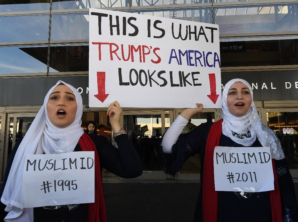 Noor Hindi (L) and Sham Najjar (R) who were born in the US of Syrian parents, demonstrate at the Los Angeles International Airport, California on January 30, 2017 (AFP Photo/Mark RALSTON)