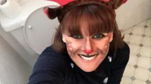 La mamá del año: se toma 'selfies' sentada en el inodoro por una noble causa