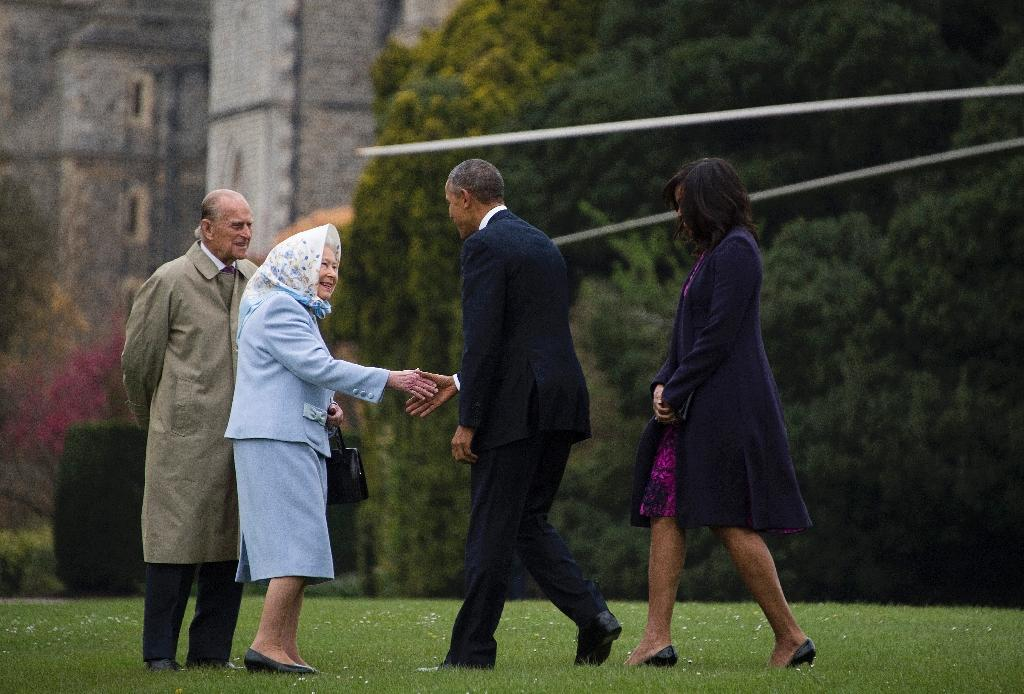 Britain's Queen Elizabeth II (2nd L) and her husband Prince Philip greet US President Barack Obama (2nd R) and his wife Michelle (R) as they arrive by helicopter at Windsor Castle, west of London, on April 22, 2016 (AFP Photo/Jim Watson)