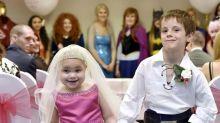Aos 5 anos, garotinha com câncer terminal realiza casamento com melhor amigo