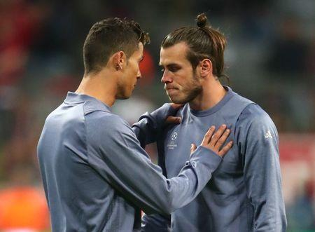 IMAGEN DE ARCHIVO: Cristiano Ronald y Gareth Bale antes del partido contra el Bayern Munich, en Alemania.