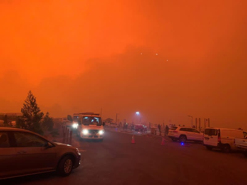 Raging wildfires trap 4000 on Australian town's waterfront