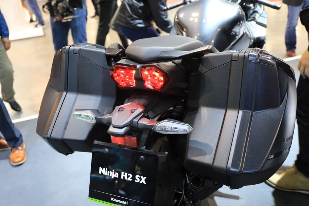 跑旅定位的H2 SX自然少不了側箱的配備。