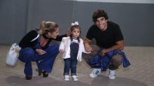 Filha de Deborah Secco rouba a atenção de fotógrafos em espetáculo